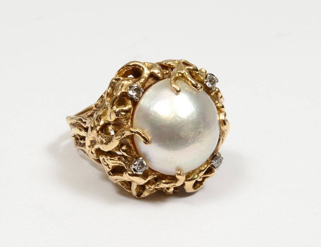 FOURTEEN KARAT GOLD AND MOBE PEARL RING