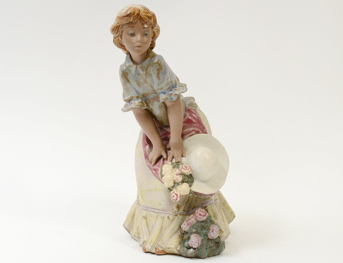 LLADRO PORCELAIN FIGURE OF A GIRL WITH FLOWERS