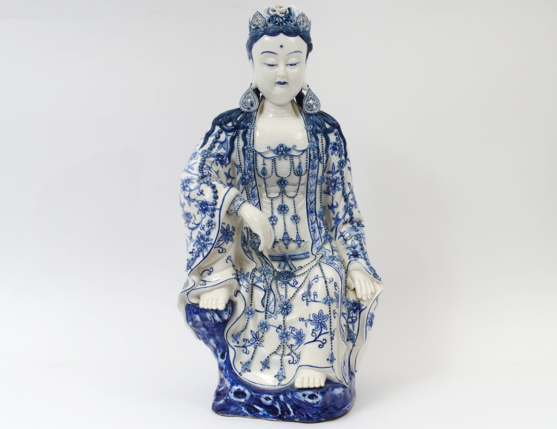 BLUE AND WHITE PORCELAIN FIGURE OF GUANYIN