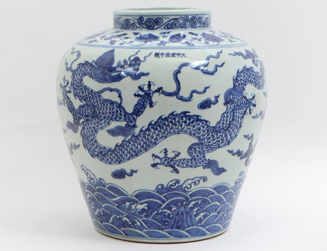 CHINESE BLUE & WHITE DECORATED PORCELAIN STORAGE JAR