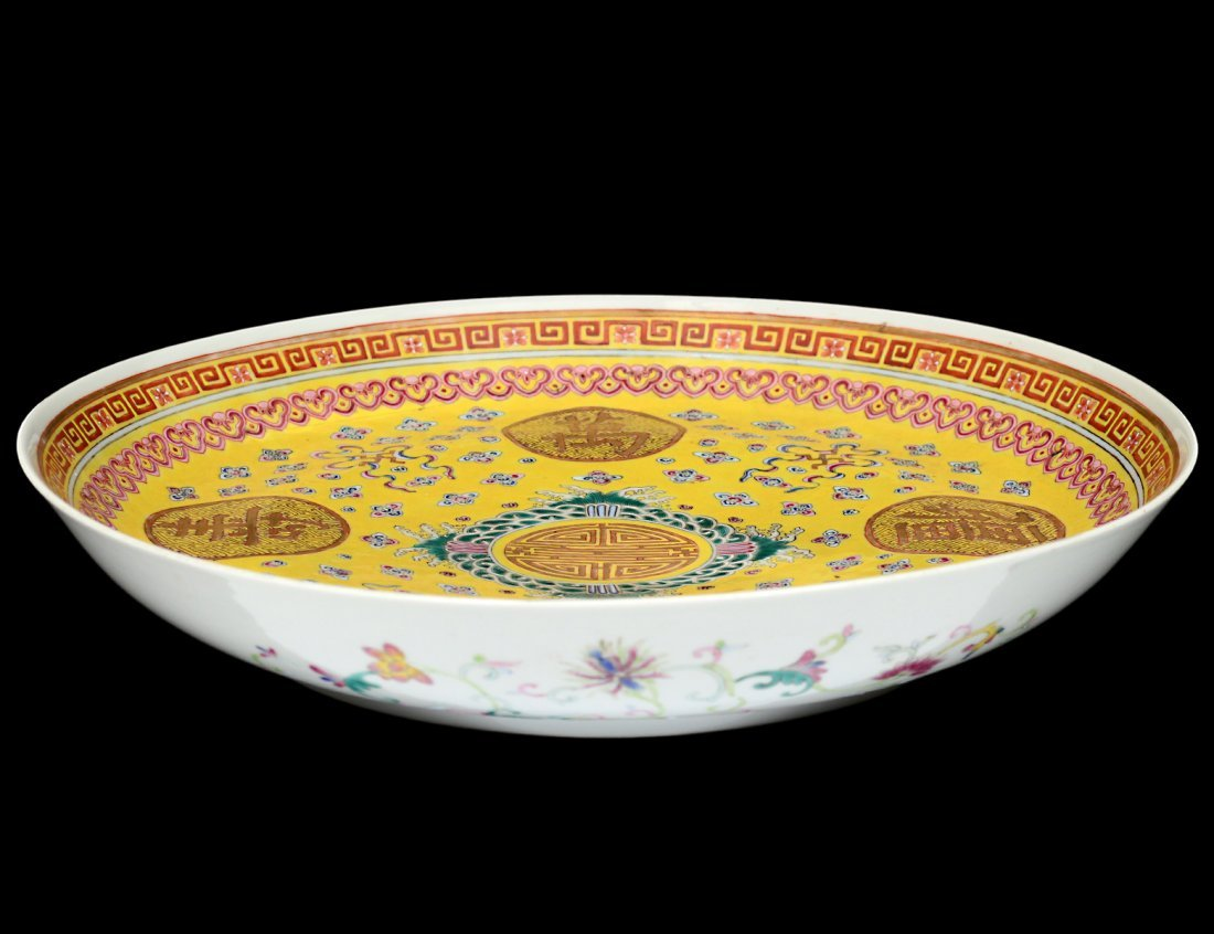 FINE YELLOW GROUND PORCELAIN CHARGER