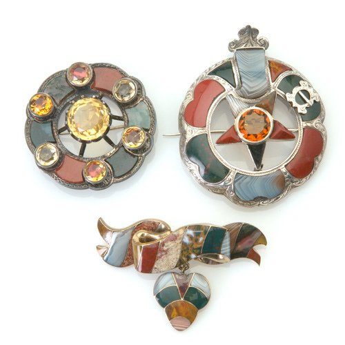 """5: Three Victorian agate """"pebble"""" brooches in gold or s"""