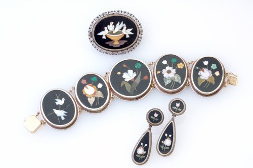10: Pietra dura assembled suite in silver and gold moun