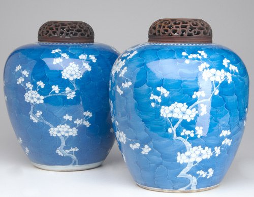 1013: CHINESE PORCELAIN Pair of blue and white jars