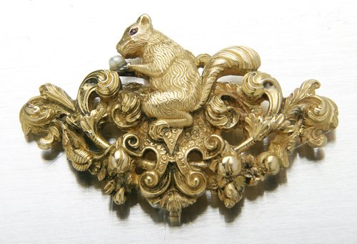18: Fine sculpted 18K brooch with squirrel, plumes and