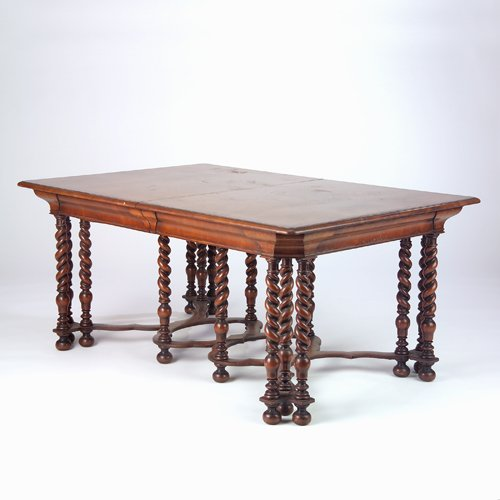 20: Edwardian dining table with burl veneer top and cor