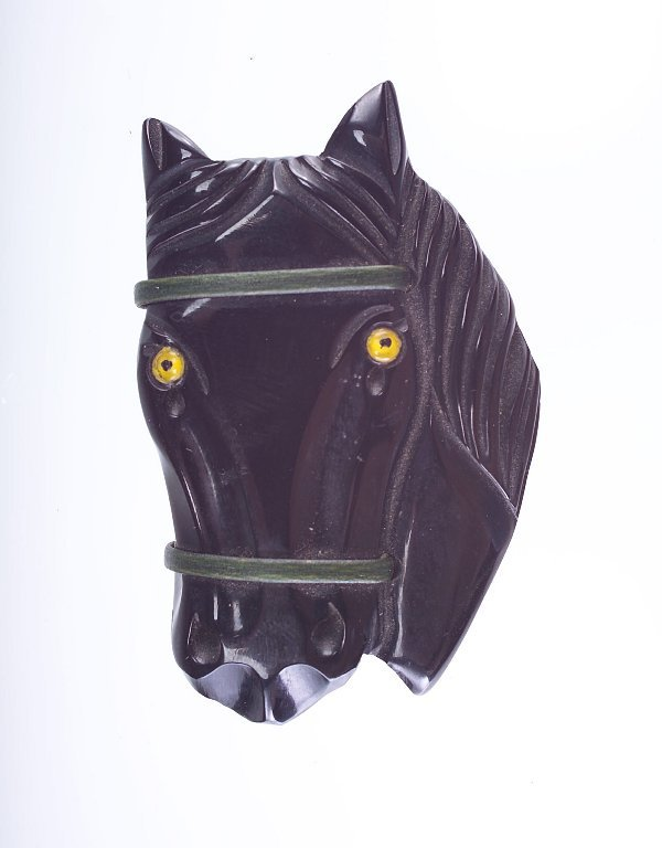 16: Black bakelite front-face horse pin with green lari