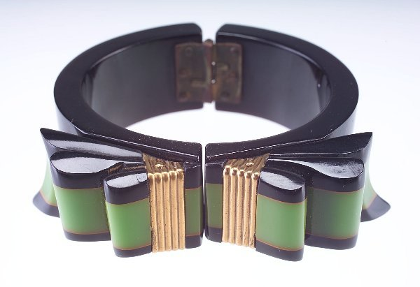 19: Ribbon bow laminated hinged bakelite bangle, black
