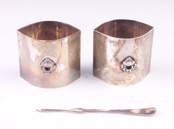 392: Sterling silver salt pair with spoon in the style