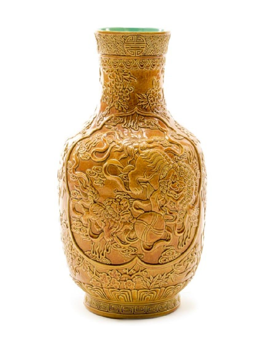Chinese Qing Dynasty Style Foo Dog Motif Vase