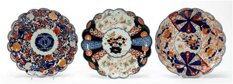 THREE IMARI DECORATED SCALLOPED PORCELAIN CHARGERS