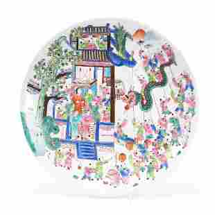 CHINESE FAMILLE ROSE FIGURAL PORCELAIN CHARGER