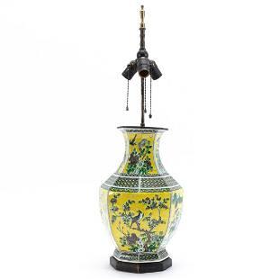CHINESE FAMILLE VERTE OCTAGONAL VASE TABLE LAMP