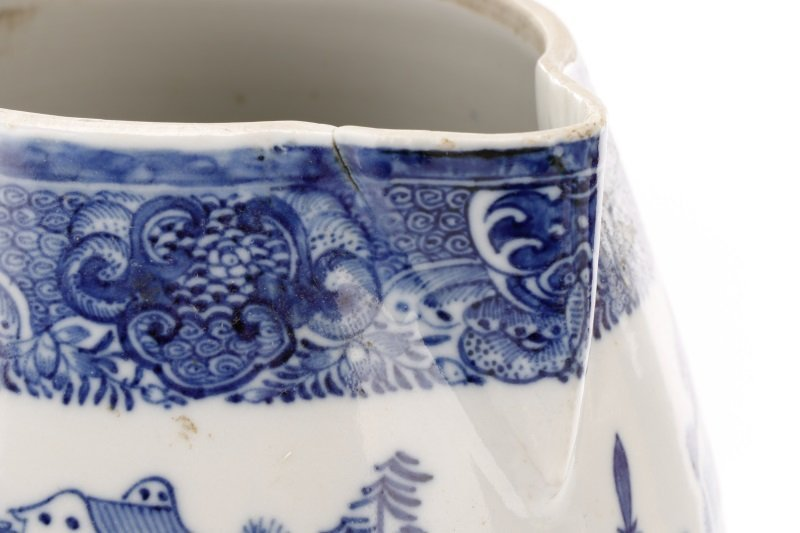 Fine Chinese Export Blue Willow Pitcher, c.1810 - 3