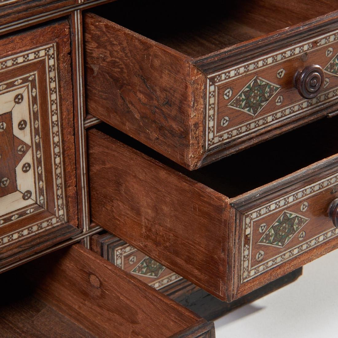 Damascus inlaid tabletop chest of drawers - 3