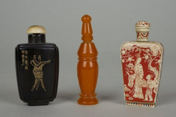 22: (3) Chinese amber, ivory and horn snuff bottles