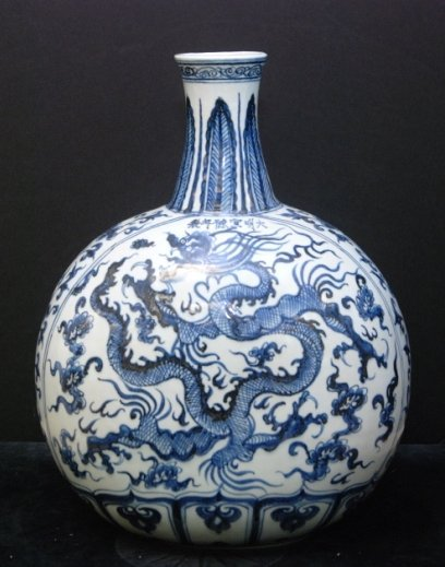 CHINESE EARLY QING DYNASTY MING STYLE PORCELAIN VASE