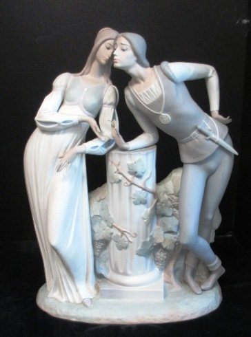 LLADRO LARGE MAN AND WOMAN LEANING ON COLUMN