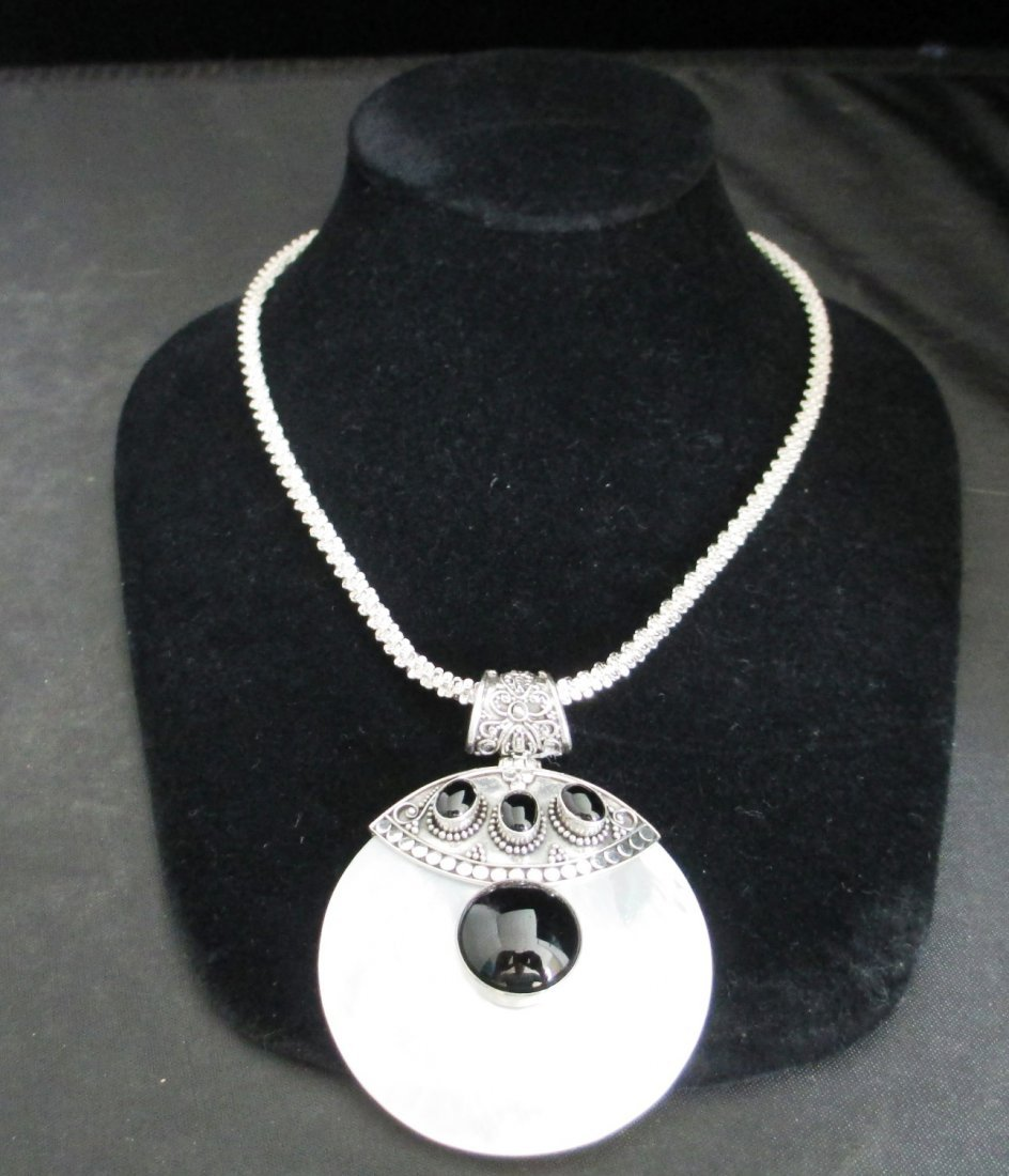 LADIES 9.25 SILVER & ROUND MOTHER OF PEARL MADALLION