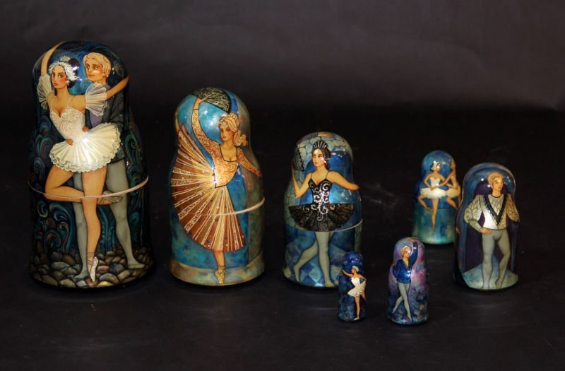 RUSSIAN HAND PAINTED NESTING DOLLS SIGNED