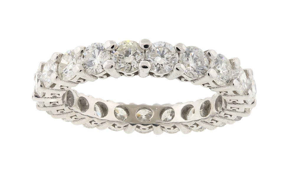 A LADIES 18KT WHITE GOLD ETERNITY BAND Very good condit
