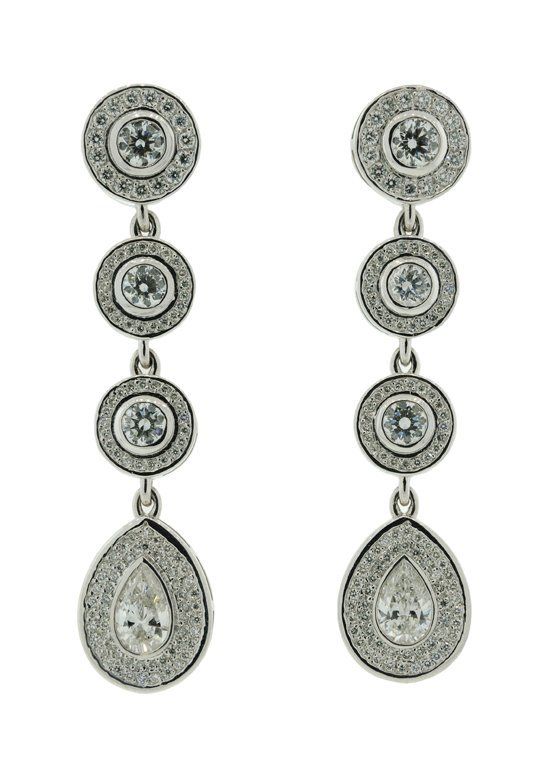A PAIR OF 14KT WHITE GOLD DIAMOND EARRINGS Very good co