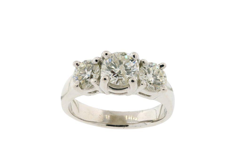 A LADIES THREE DIAMOND PLATINUM RING Very good conditio