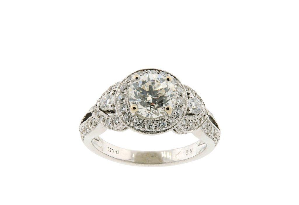 A LADIES 18KT WHITE GOLD DIAMOND RING Very good conditi