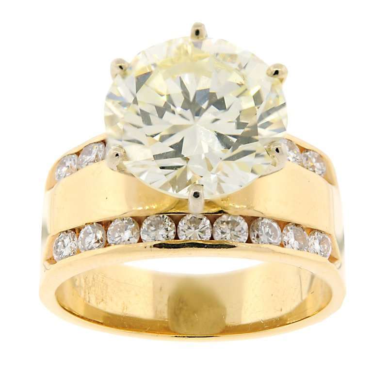 A 14KT YELLOW GOLD AND 4.9CT DIAMOND ENGAGEMENT RING Ve