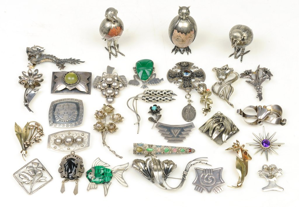AN ANTIQUE AND VINTAGE BROOCH COLLECTION