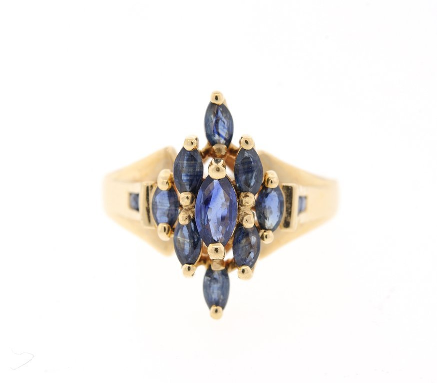 A LADIES 10KT YELLOW GOLD AND SAPPHIRE RING