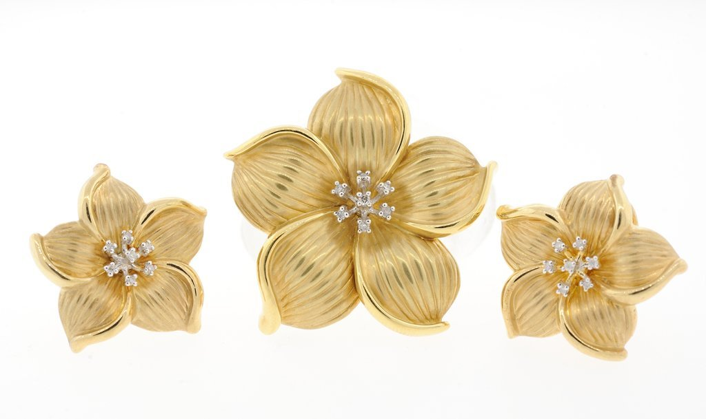 A SET OF 14KT YELLOW GOLD AND DIAMOND FLOWER DESIGN EAR