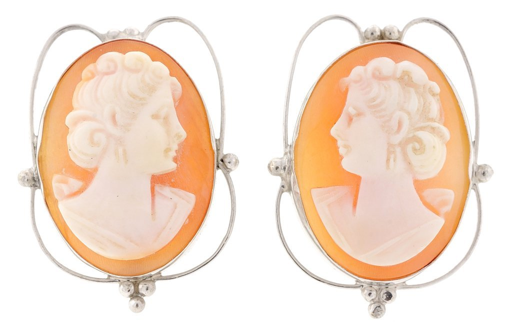 A PAIR OF VICTORIAN STYLE SHELL CAMEO EARRINGS IN 14KT