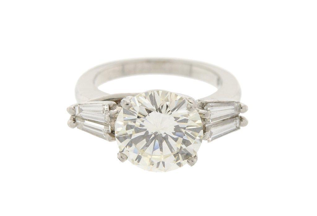 A LADIES 3.20CT DIAMOND RING IN PLATINUM, EGL CERTIFIED