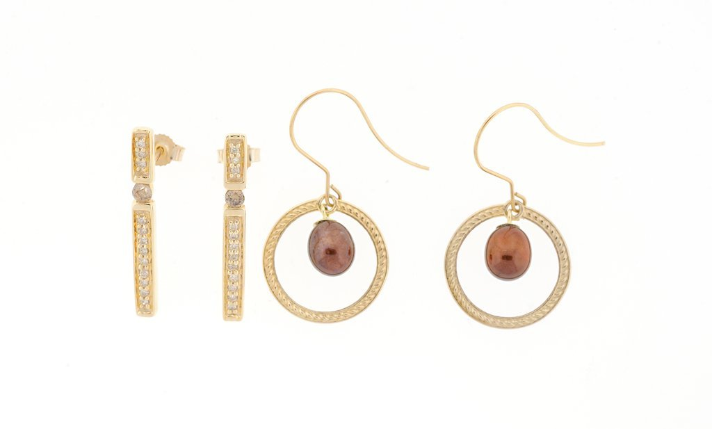 TWO PAIRS OF EARRINGS IN 10KT YELLOW GOLD, PEARLS AND
