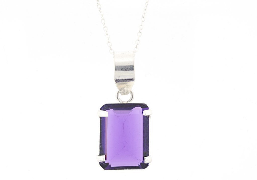 A STERLING SILVER AMETHYST PENDANT AND CHAIN