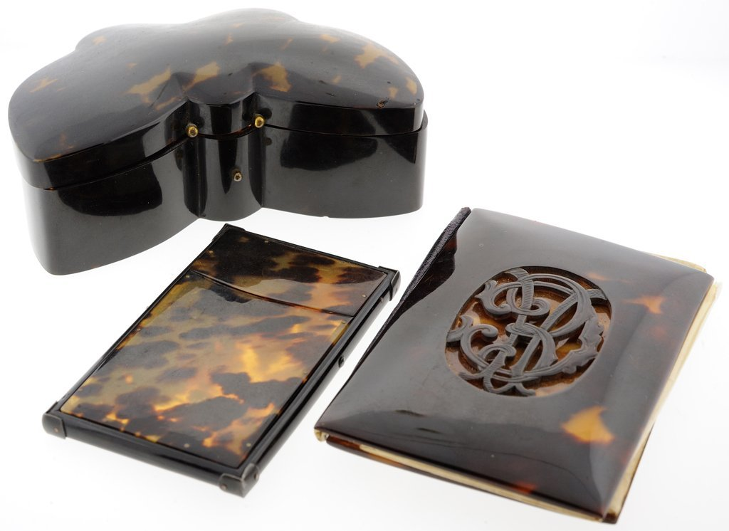 A COLLECTION OF ANTIQUE TORTOISE SHELL VANITY PIECES