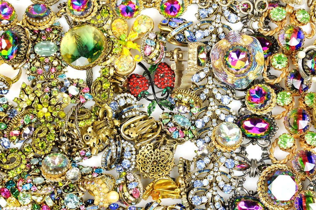 A GROUP OF VINTAGE COSTUME JEWELRY INCLUDES