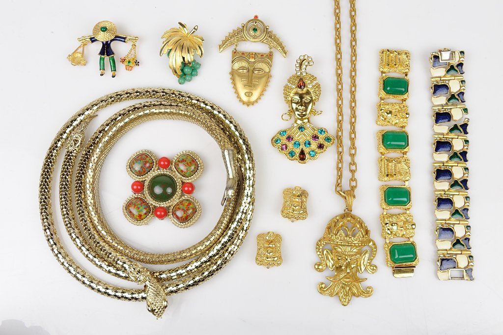 A GROUP OF VINTAGE DESIGNER COSTUME JEWELRY INCLUDES
