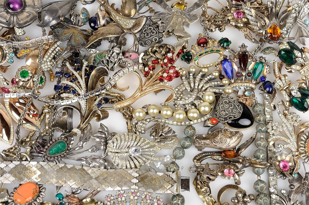 A SELECTION OF VINTAGE STERLING SILVER JEWELRY