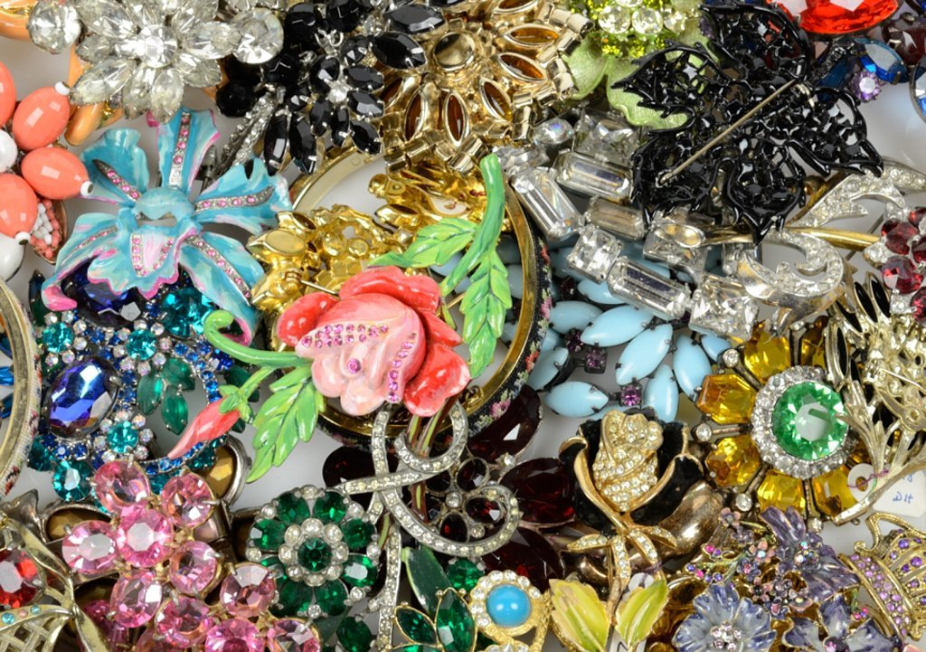 A GROUP OF VINTAGE COSTUME JEWELRY BROOCHES