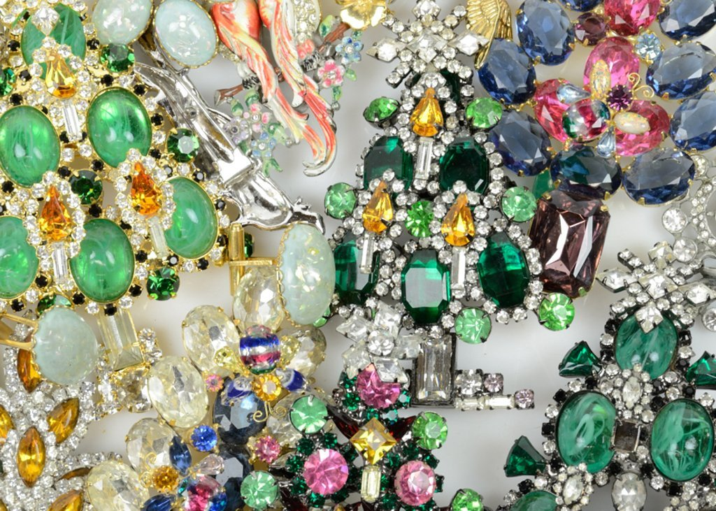 A SELECTION OF VINTAGE COSTUME JEWELRY CHRISTMAS TREE