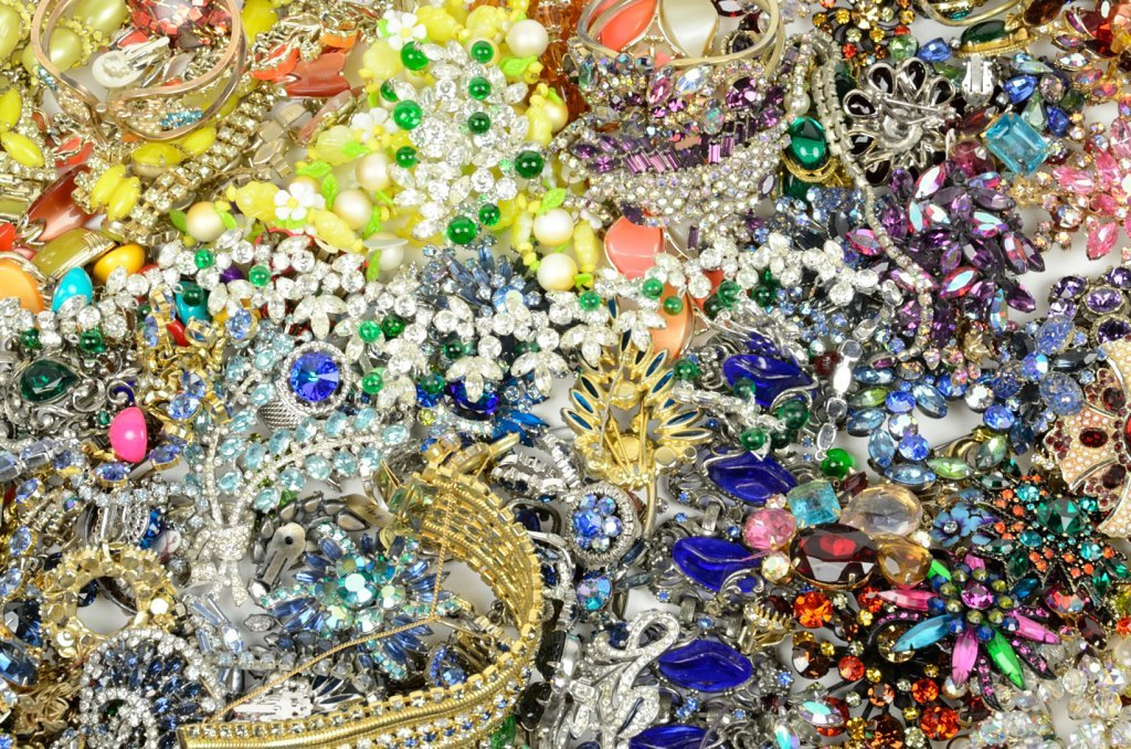A LARGE GROUP OF VINTAGE RHINESTONE COSTUME JEWELRY