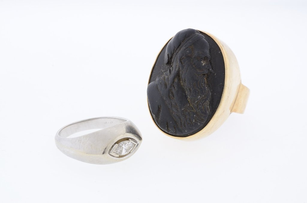 A GROUP OF MENS RINGS INCLUDES A PORTRAIT CAMEO OF
