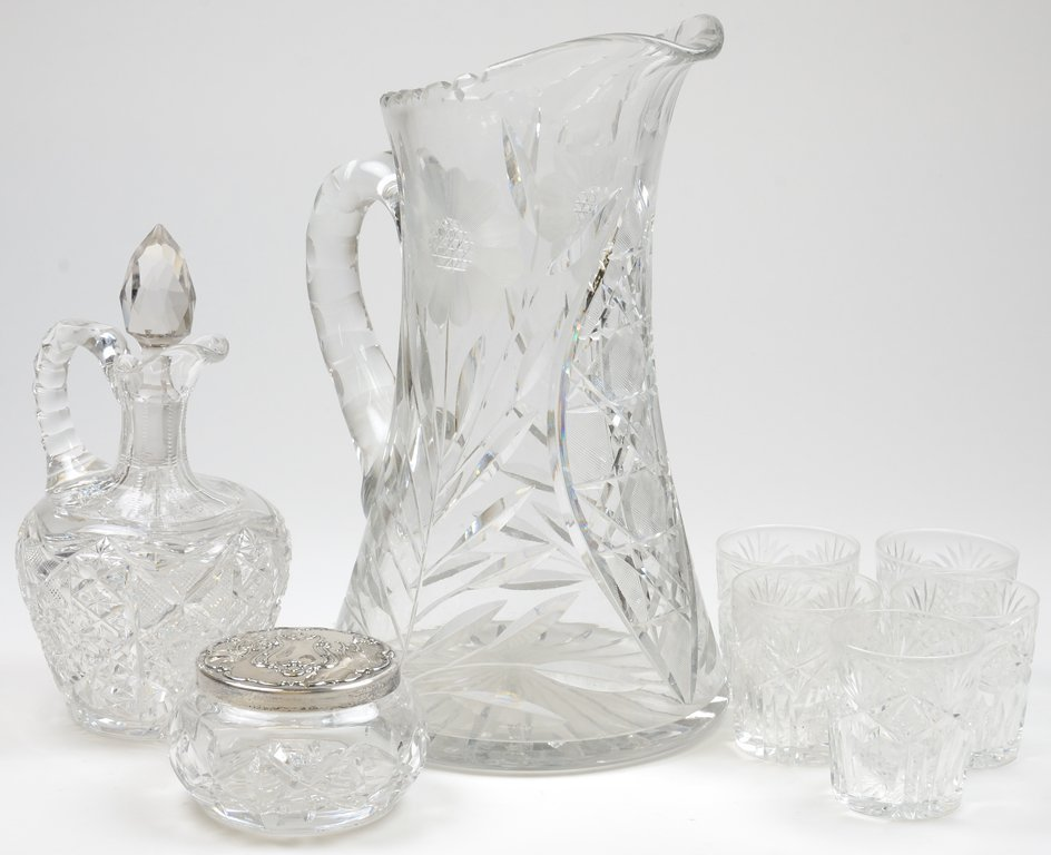 A COLLECTION OF EIGHT PIECES OF CRYSTAL