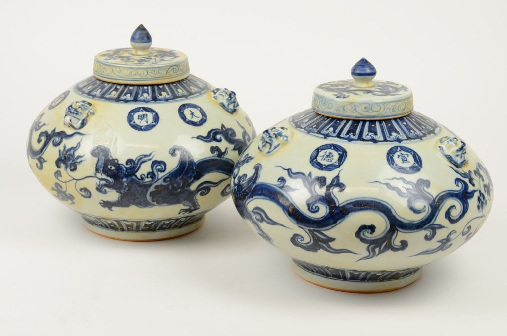 A PAIR OF VINTAGE REPLICA MING DYNASTY STYLE LIDDED