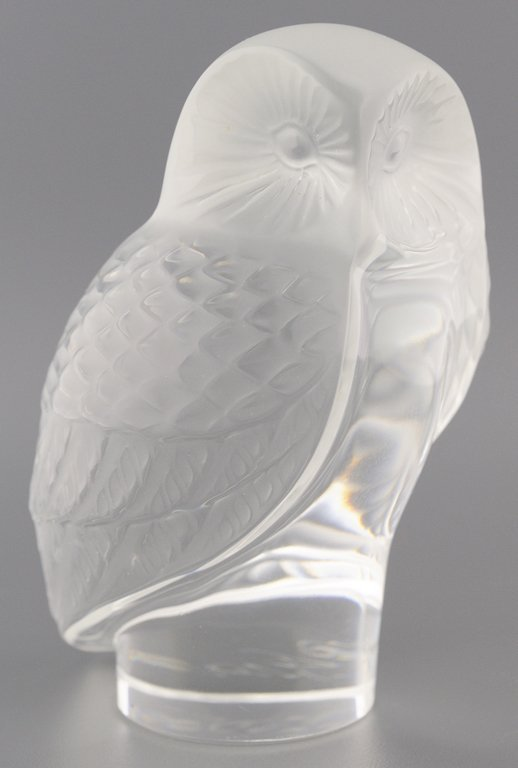 A LALIQUE CRYSTAL OWL PAPERWEIGHT