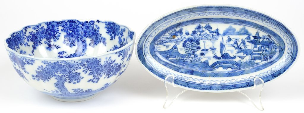 A PAIR OF CHINESE BLUE AND WHITE WARES, INCLUDING A