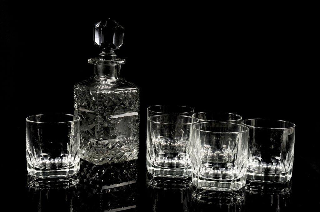 A CUT CRYSTAL DECANTER AND SIX TUMBLER GLASSES