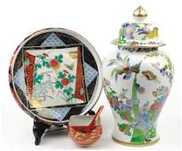 A GROUP OF JAPANESE DECORATIVE PORCELAIN ARTICLES 3
